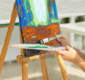 clases-pintura-cursos-dibujo-habilidades-imaginacion-e-inspiracion-chica-estudiante-encantadora_230311-10364
